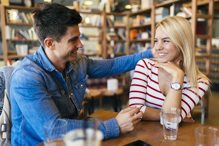 garçon et fille conversant avec confiance les uns avec les autres