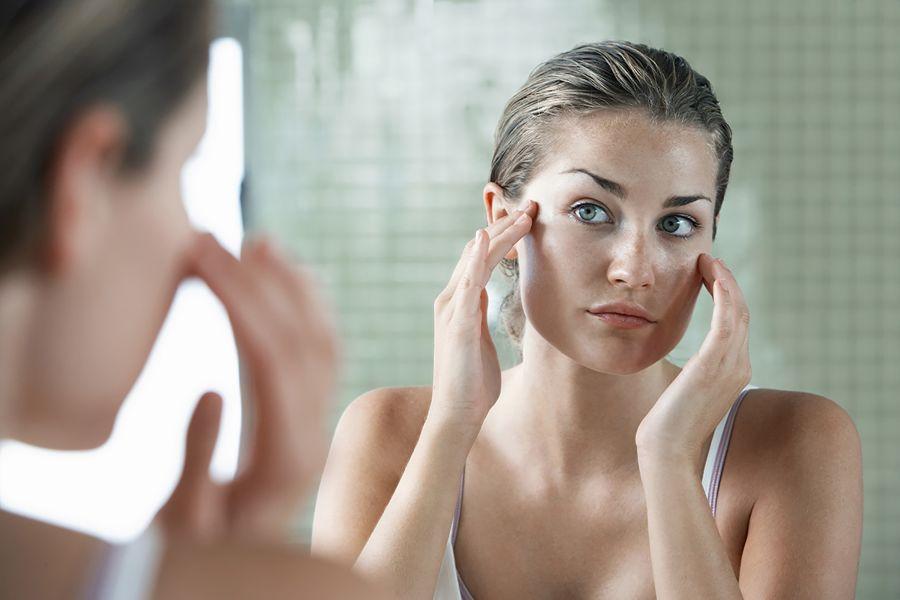 Femme, regarder, elle-même, miroir